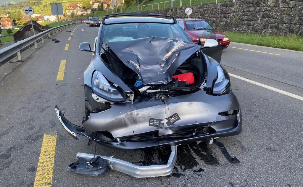 Водитель Tesla Model 3 уходит «без царапин» после аварии на высокой скорости