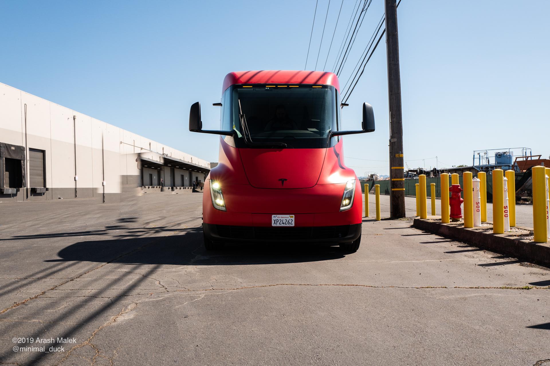Критика веса аккумулятора Tesla Semi коренится в устаревших идеях: эксперт по электромобилям