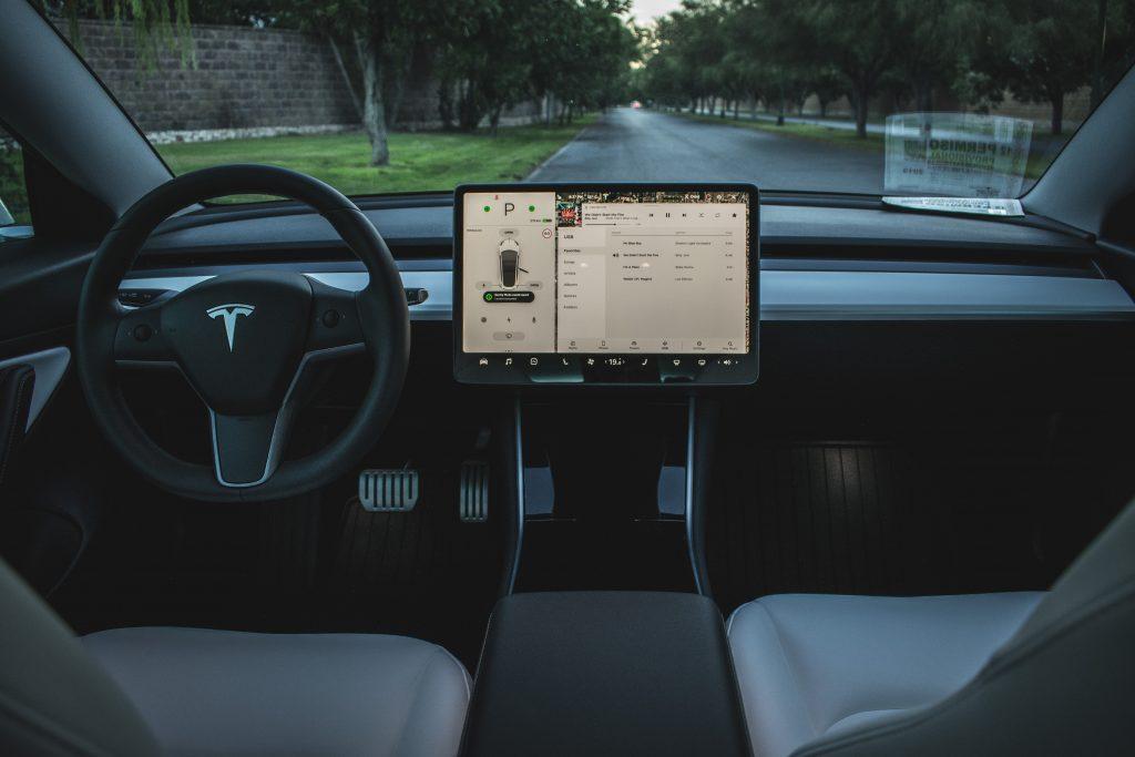 Tesla идет по стопам Apple в качестве поставщика программных услуг