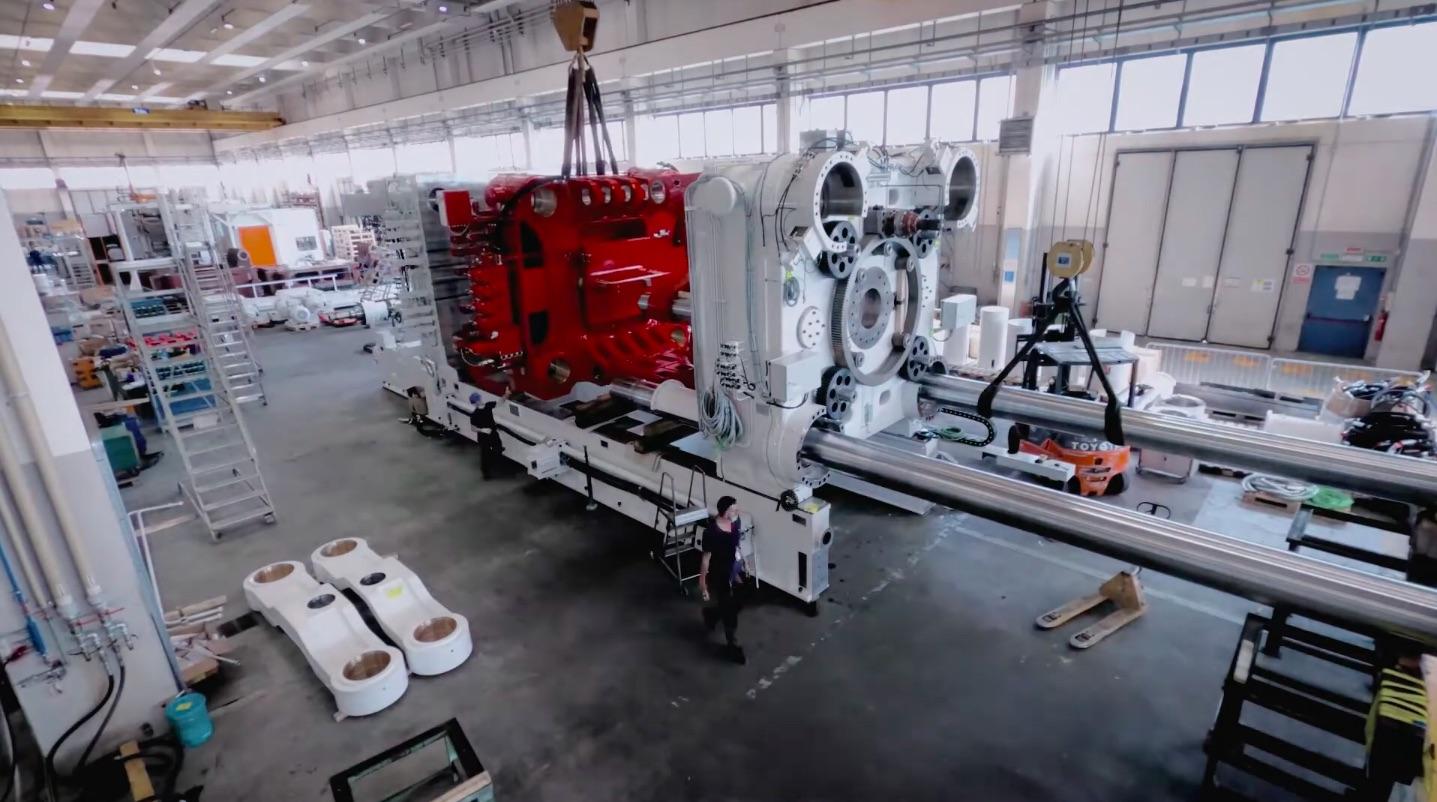 Завораживающий взгляд на сборку гигантской машины Tesla Giga Press
