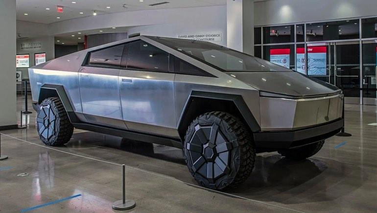 Проблемы дизайна Tesla Cybertruck объяснил легендарный автомобильный дизайнер