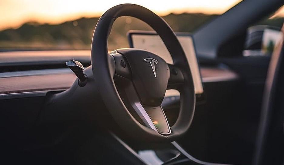 В последнем обновлении Tesla выпускает улучшения режима Sentry Mode, навигации и обмена текстовыми сообщениями