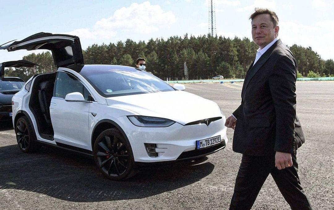 Цена Tesla превысила 800 долларов, поскольку Илон Маск говорит, что все идет как обычно