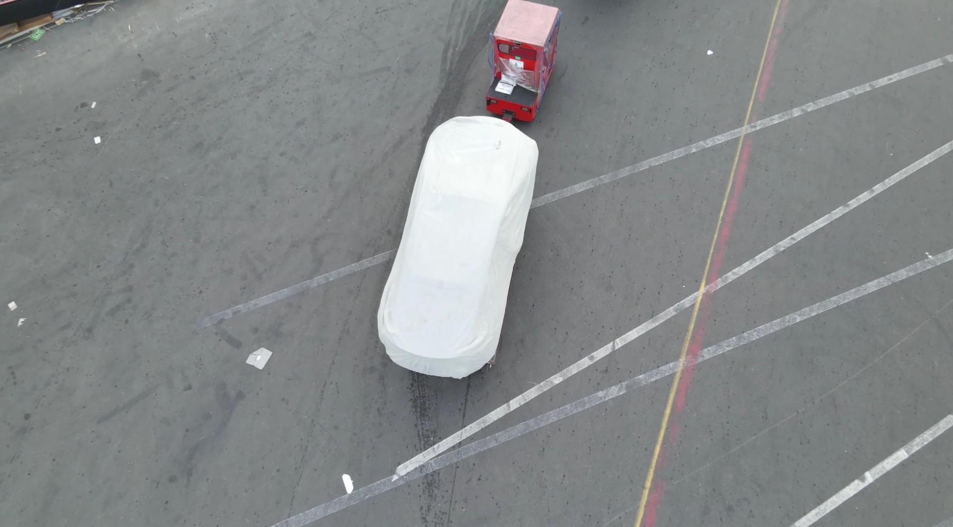 Слухи об обновлении Tesla Model S и X возродились после того, как во Фремонте были замечены покрытые белым кузовом