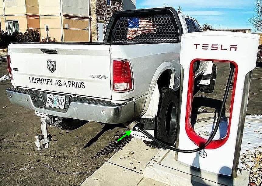 Tesla Supercharger занят пикапом Dodge 4x4, который идентифицируется как Prius.