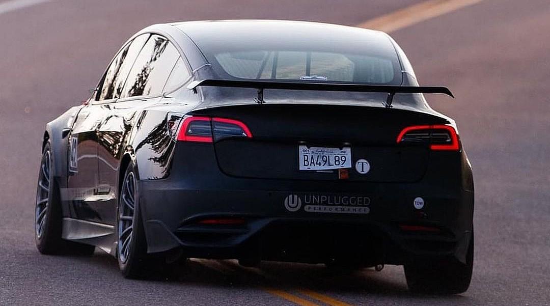 Легенда гонок рассказывает о Teslas, электромобилях и создании истории на самой смертоносной трассе Америки