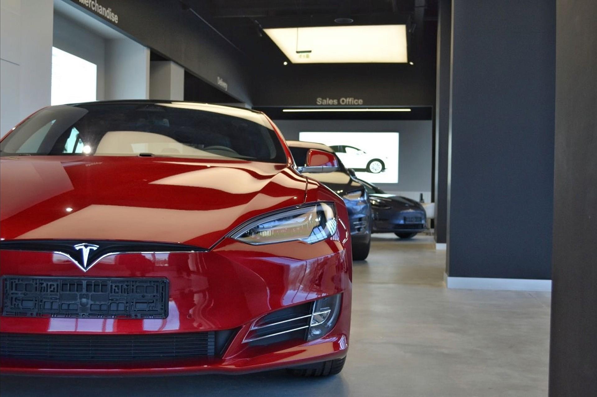 Автосалон Tesla открывается в Румынии, но Tesla им не управляет