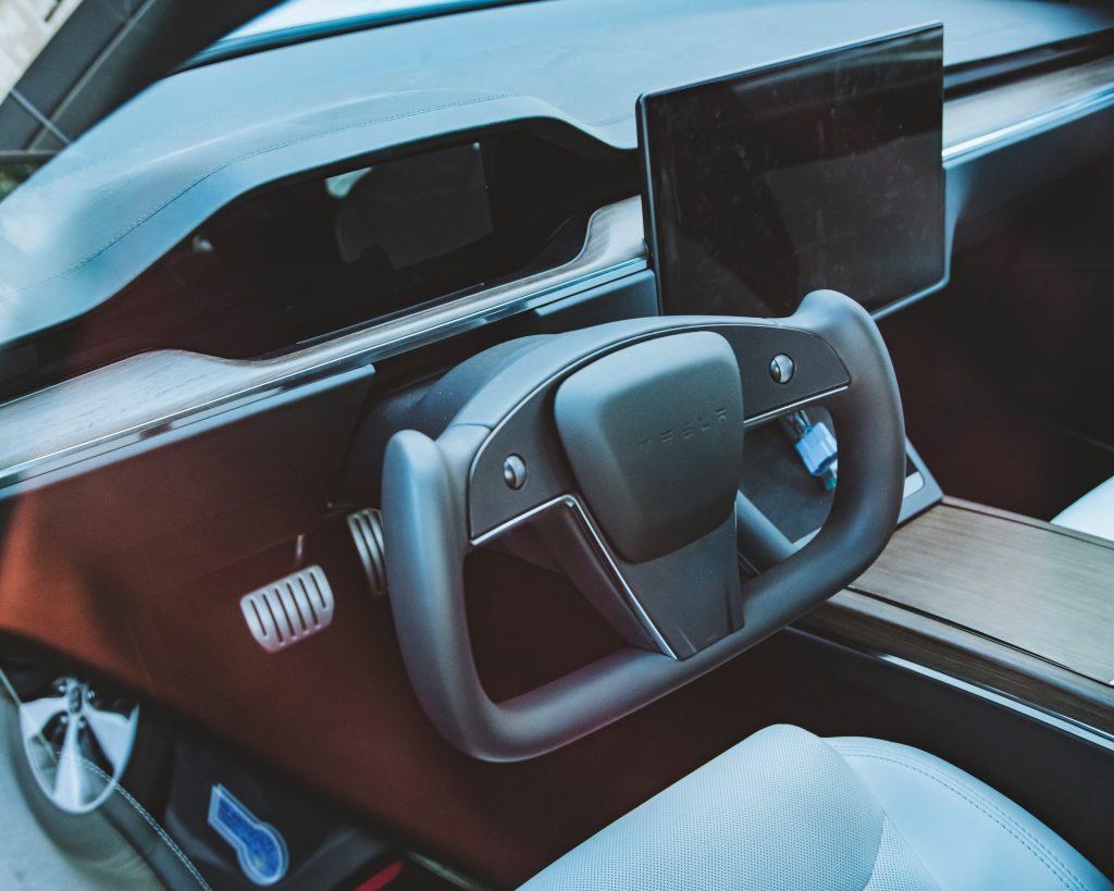 Tesla Model S с рулевым колесом Yoke выходит на улицы: первый взгляд