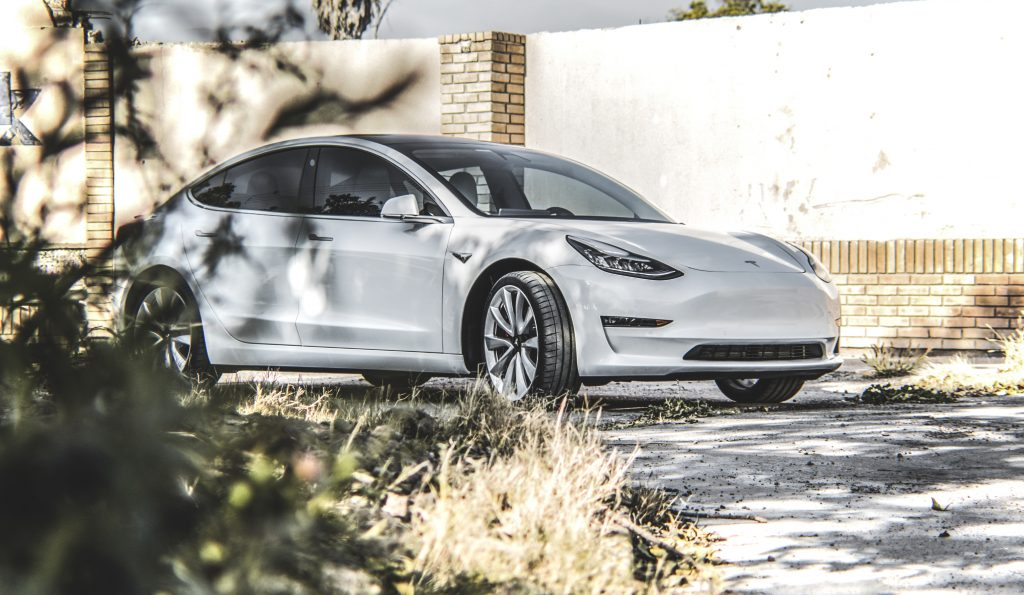 Инвестиции Tesla в Индию могут попасть в Махараштру - министр промышленности