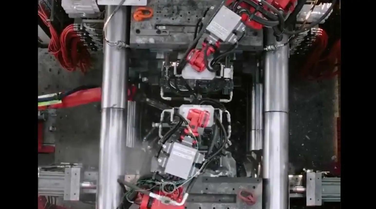 Посмотрите, как Tesla Model Y Giga Press работает в ярких деталях