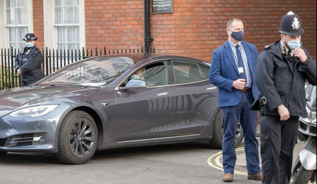 Принц Чарльз посетил больницу в Tesla Model S, демонстрируя свою стойкую позицию в отношении устойчивого развития