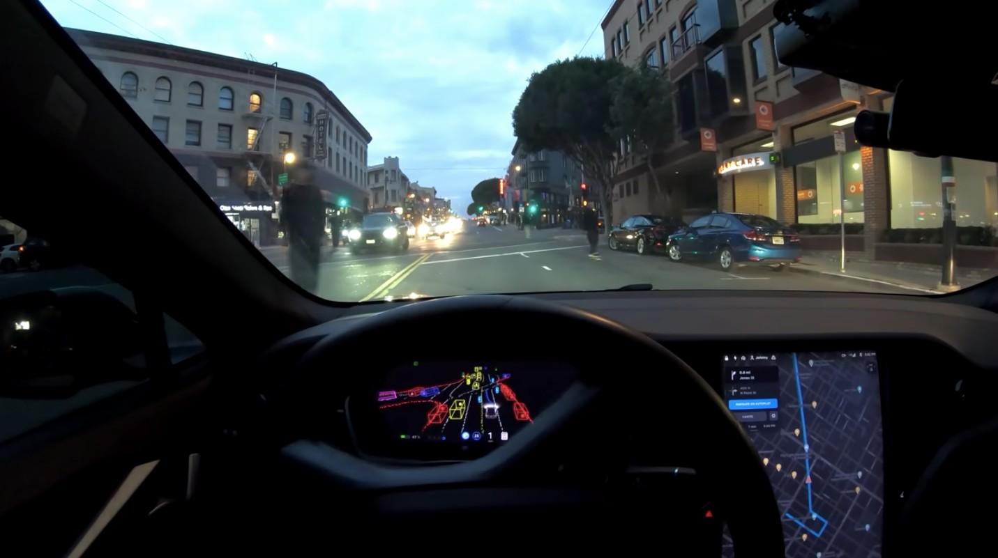 Tesla FSD Beta избегает безрассудных скейтбордистов в сложной схватке в центре города