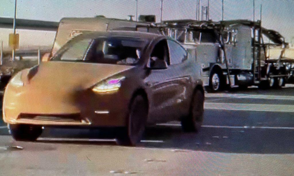 Tesla Model Y с явным подъемным комплектом и большими вездеходными шинами замечена возле завода во Фремонте