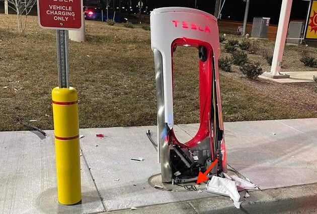 Виновник уничтожения Tesla Supercharger оставляет очевидные доказательства