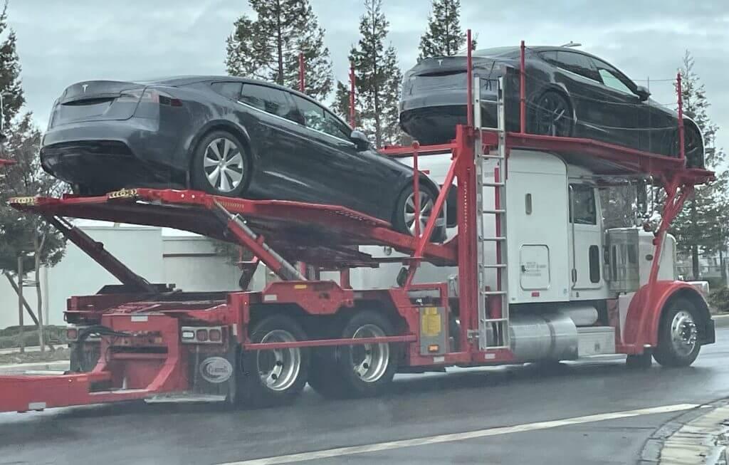 Обновление Tesla Model S замечено на выходе с завода во Фремонте, намекая на четвертьфинальный толчок
