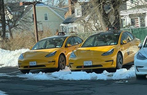 Парк желтых кабин Tesla Model 3 New York растет