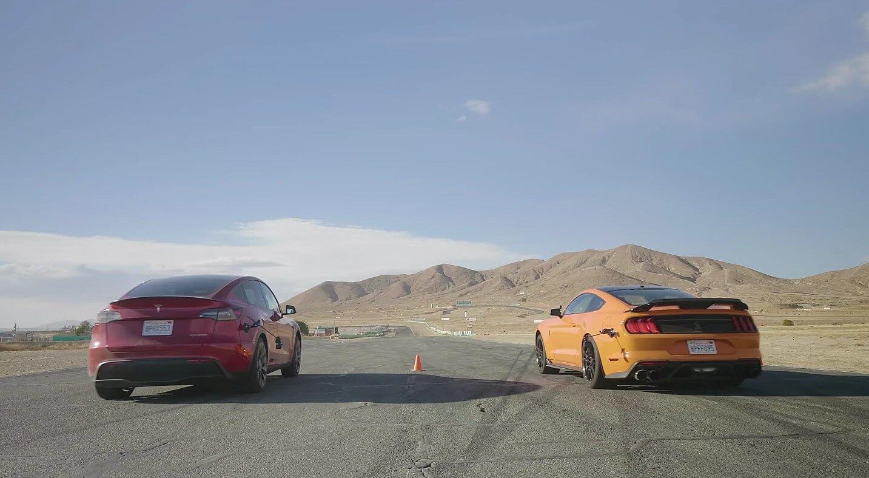 Самый медленный автомобиль Tesla побеждает 760-сильный GT500 в нескольких гонках