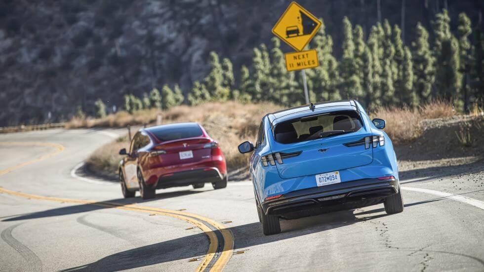 Сравнение Tesla Model Y и Ford Mustang Mach-E проходит через Top Gear