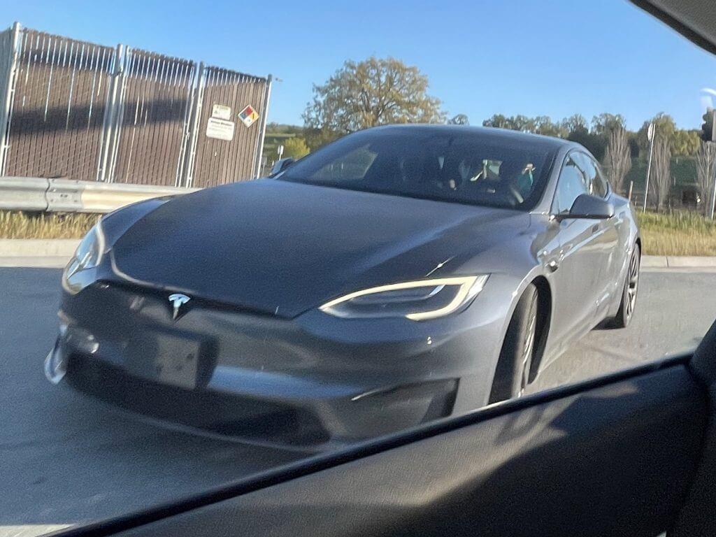 Tesla Model S с вилкой на рулевом колесе, значок в клетку обнаружен возле завода во Фремонте