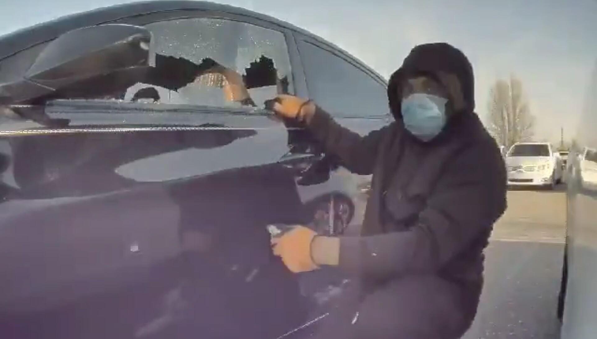 Tesla Sentry Mode снова подтверждает, что грабители понятия не имеют, что автомобили могут их записывать