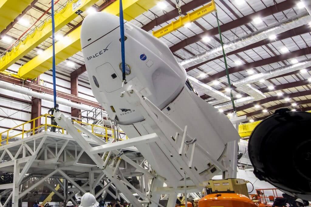 SpaceX устанавливает космический корабль Dragon на ракету, которая отправит его в космос (снова)