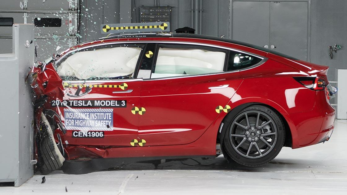 Tesla и ее коллеги доказывают, что электромобили по своей сути более безопасны, чем автомобили с двигателем внутреннего сгорания.