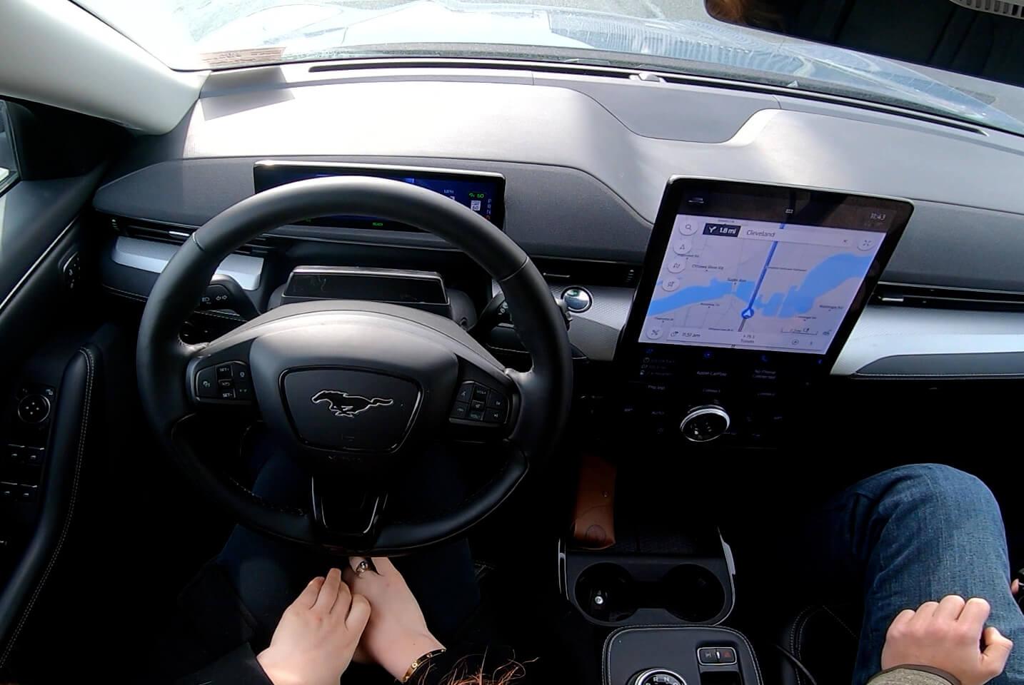 Ford демонстрирует BlueCruise за рулем без помощи рук, а генеральный директор Фарли наносит удар по Tesla