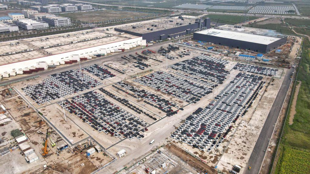 Огромный парк Tesla Model 3 и Model Y замечен в Giga Shanghai, похоже, готов к поставкам