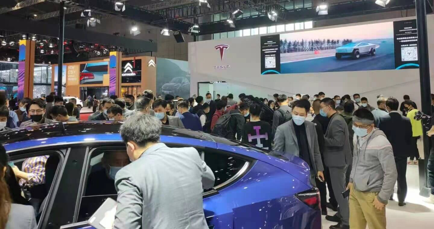 Протест Tesla, похоже, способствует привлечению пешеходов к стенду производителей электромобилей на Шанхайском автосалоне.