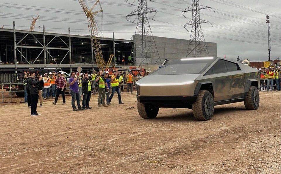 Tesla Cybertruck посетила Gigafactory Texas с Илоном Маском за рулем