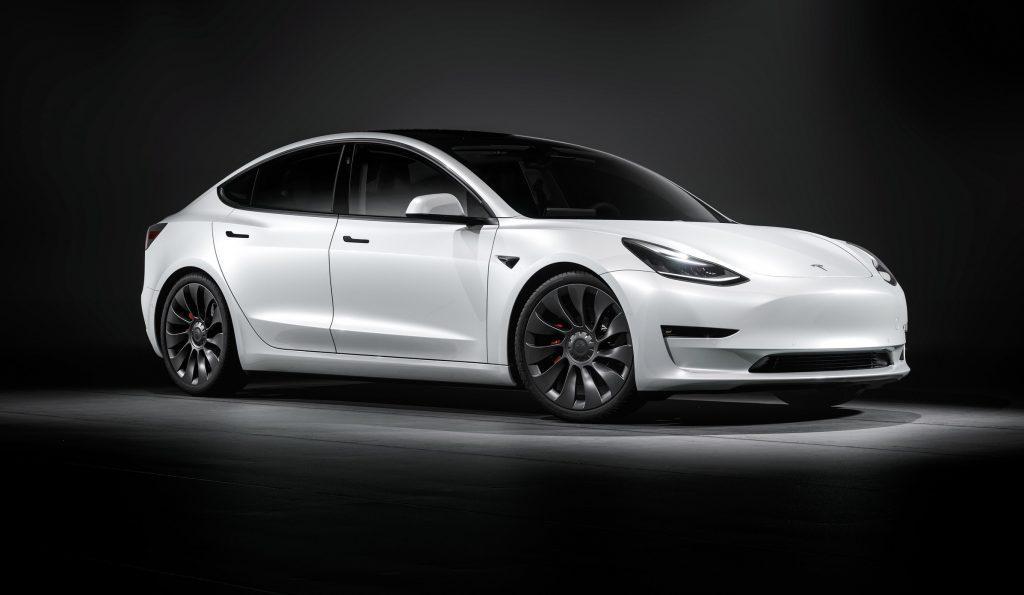 Tesla Model 3 продается в 4 раза больше, чем ее ближайший конкурент на европейском рынке подключаемых модулей.