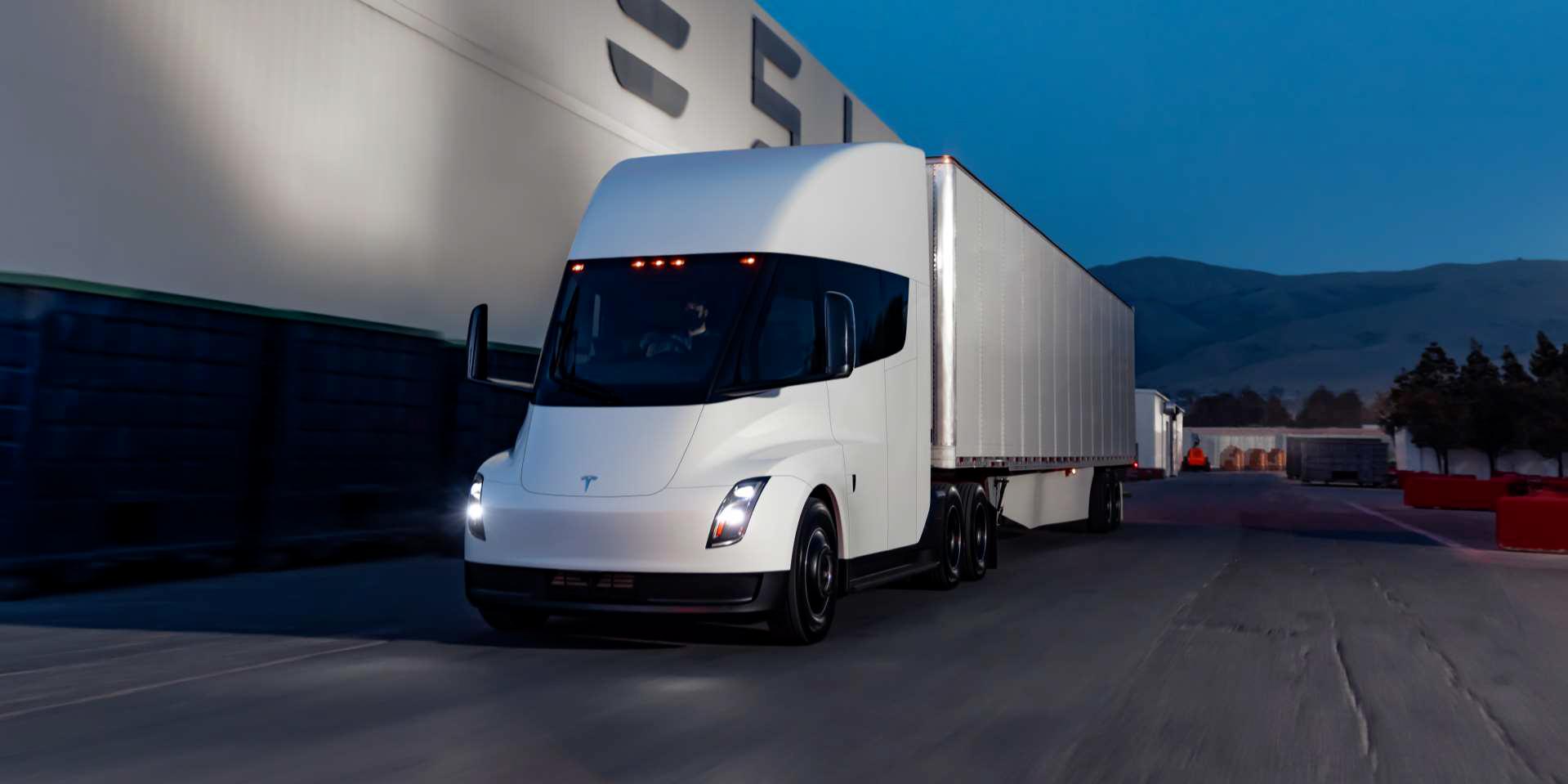Tesla сообщает, что поставки Semi начнутся в этом году, что положит конец опасениям по поводу нехватки батареи
