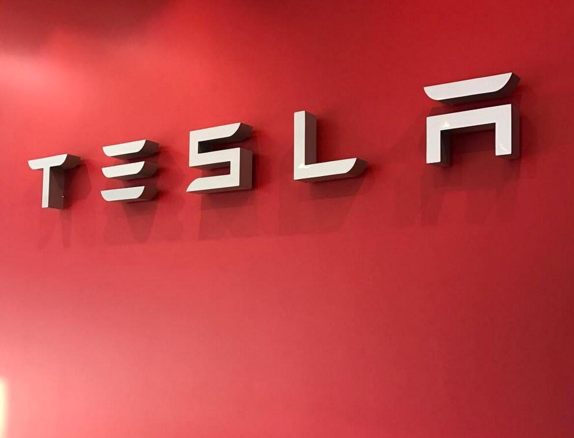 Tesla урегулировала иск с бывшим сотрудником, который забрал исходный код автопилота