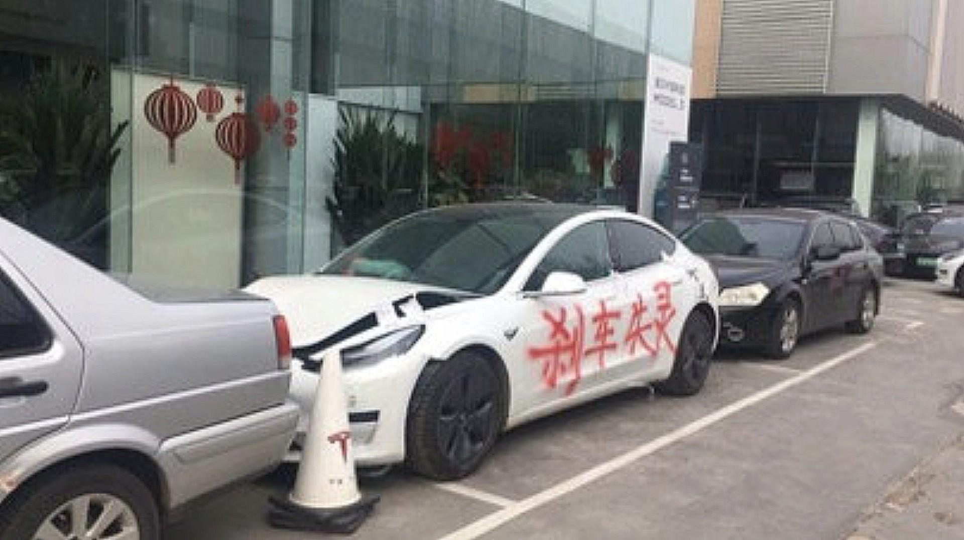 """Tesla заявила, что протестующий против """"отказа тормозов"""" осквернил Model 3, отказавшись от сторонних испытаний"""