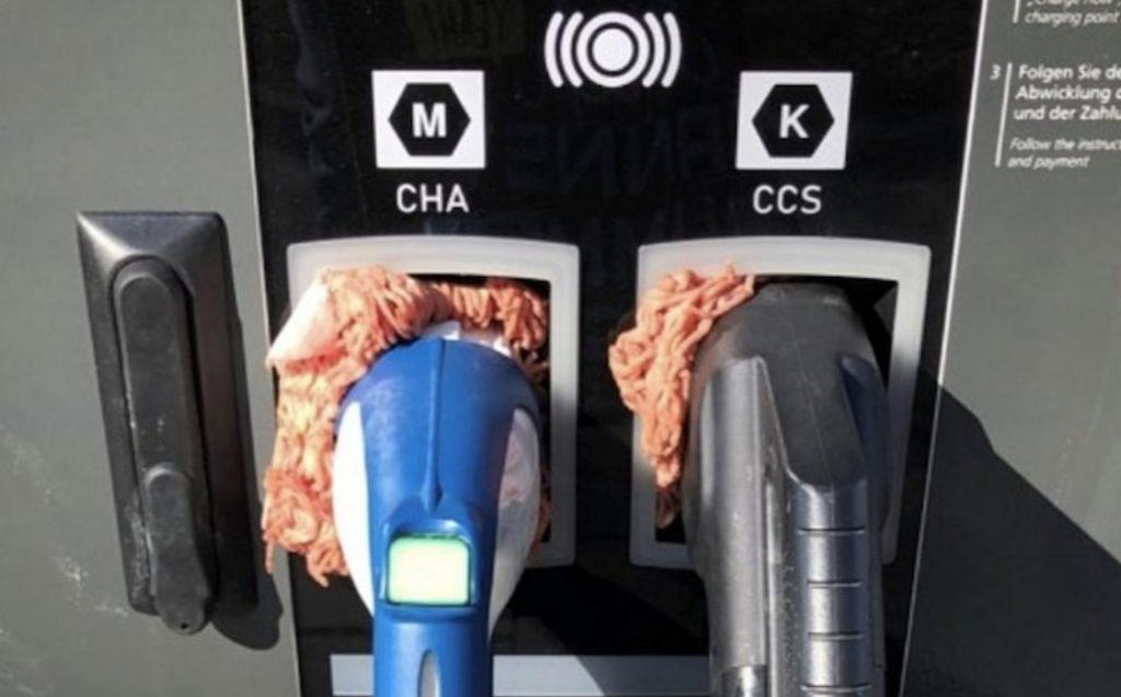 Зарядные устройства для электромобилей становятся жертвами странной атаки, которая хуже, чем Tesla Supercharger ICE-ing