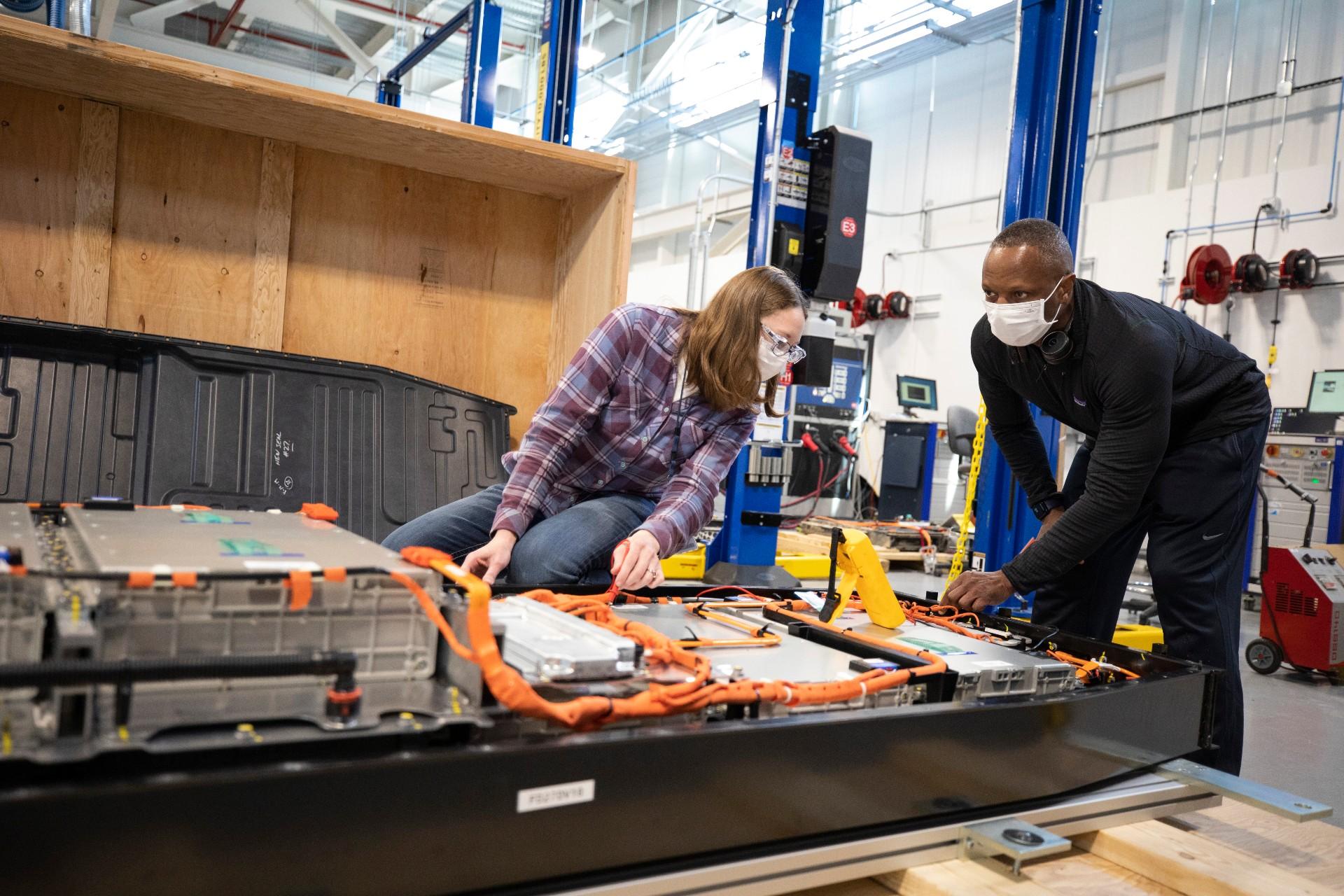 Ford подписывает совместное предприятие с SK Innovation, отказываясь от своей позиции в отношении аккумуляторов