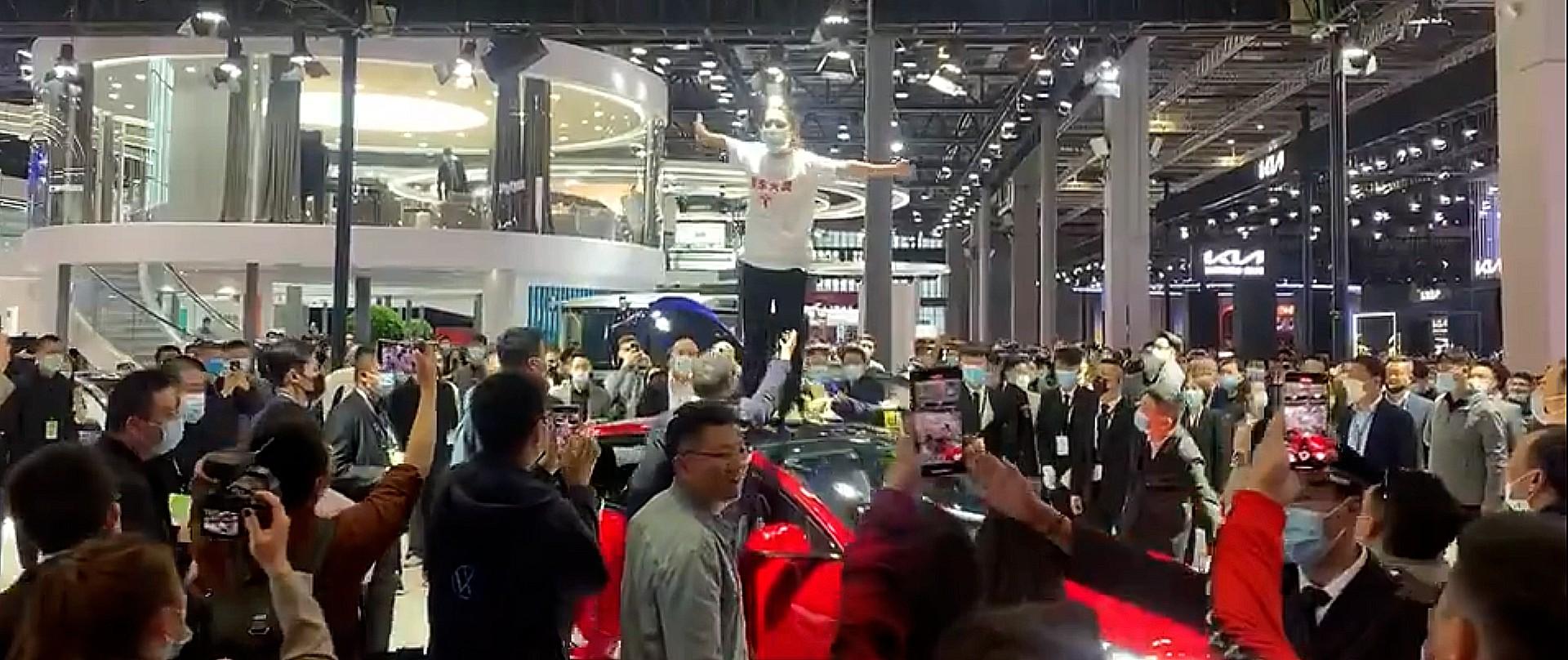 """Протестующий против Tesla """"отказ тормозов"""" в Китае заявляет о клевете в судебном процессе"""