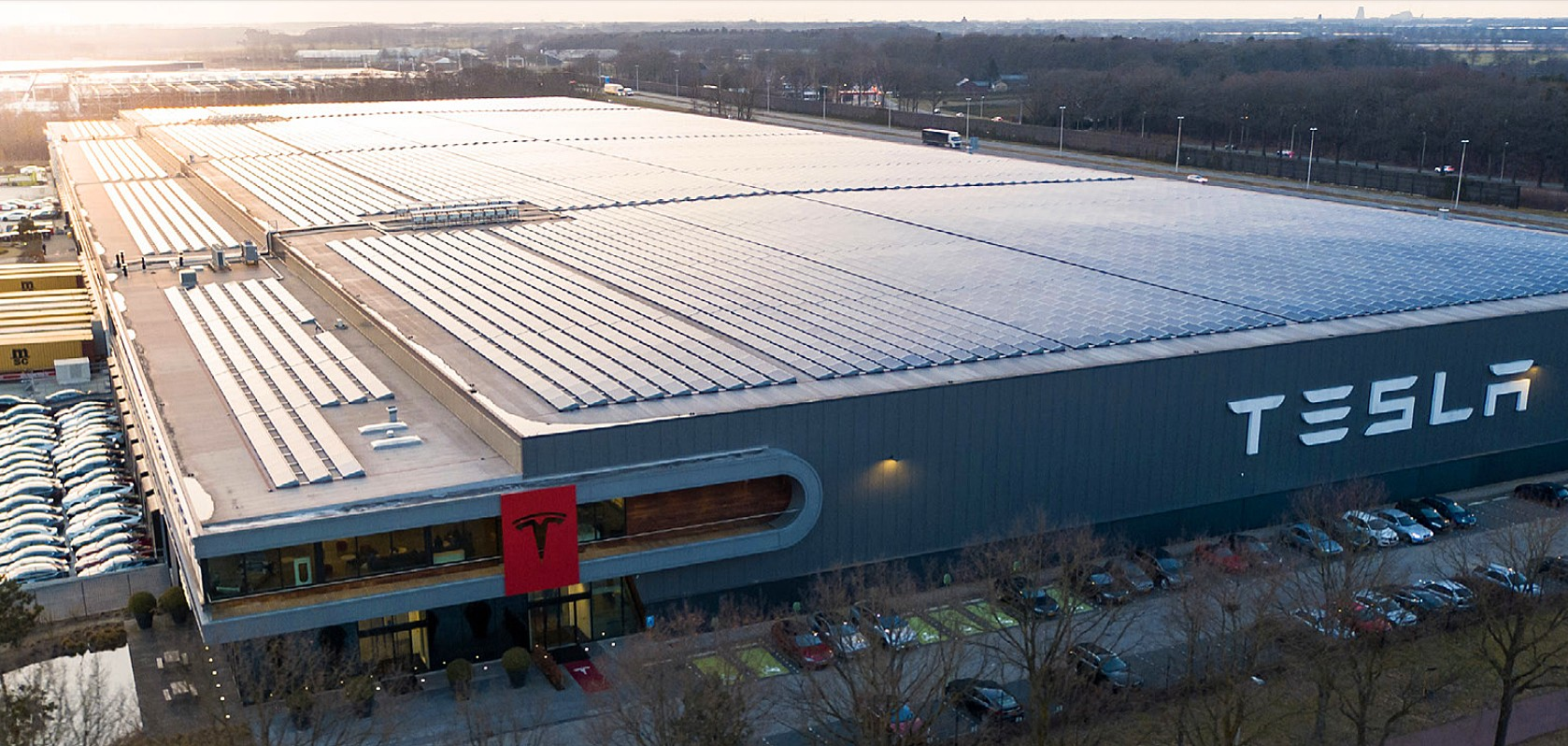 Tesla Gigafactory UK? Быстрая остановка Илона Маска в Англии породила слухи