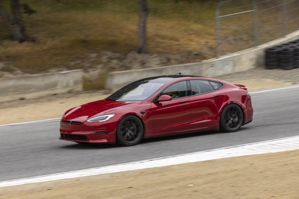 Tesla Model S Plaid, возможно, только что проехала круг менее 1:30 вокруг Laguna Seca