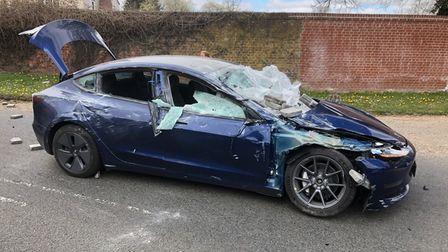 Владельцы Tesla ушли с легкими травмами после того, как Model 3 раздавили бетонными блоками