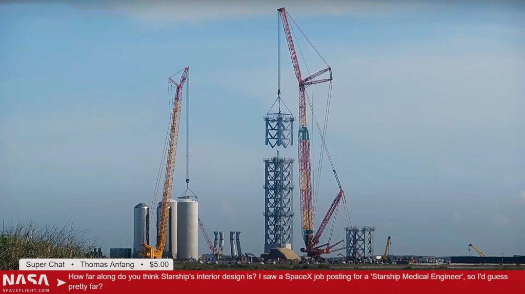SpaceX устанавливает первые части башни, предназначенные для установки ускорителей Starship