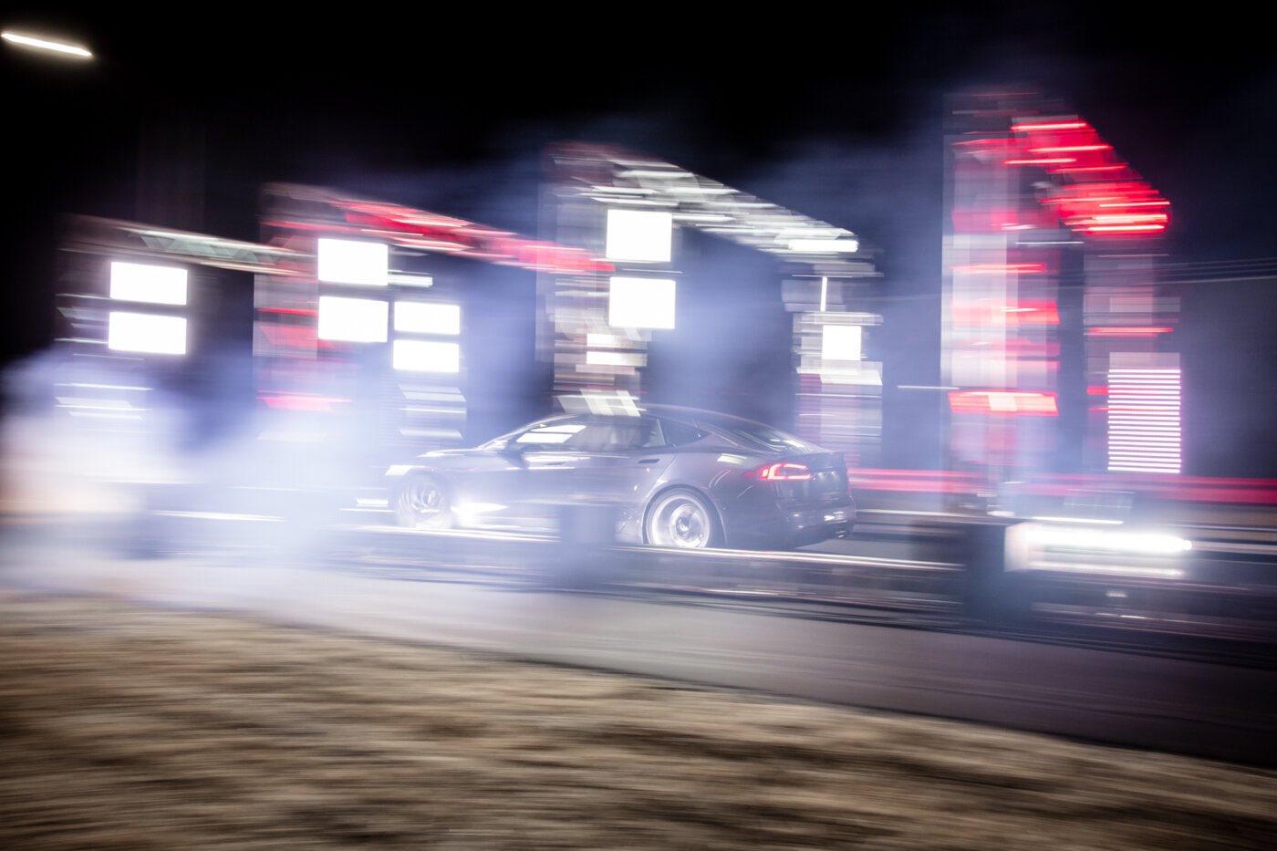 Брутальное ускорение Tesla Model S Plaid с 60 до 120 миль в час просто смешно