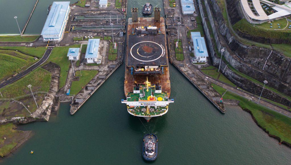 Корабль-дрон SpaceX плывет через Панамский канал по пути в Калифорнию