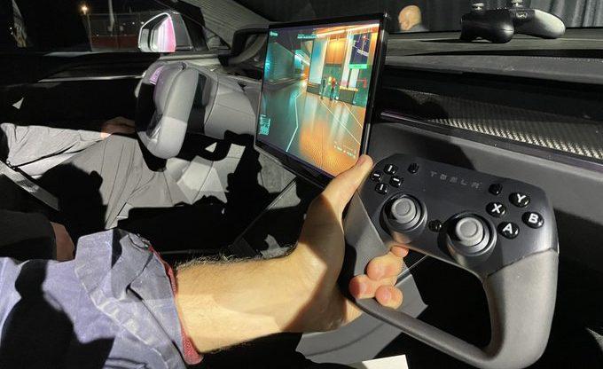 Tesla использует излишнюю информационно-развлекательную систему, запустив Cyberpunk 2077 со скоростью 60 кадров в секунду.