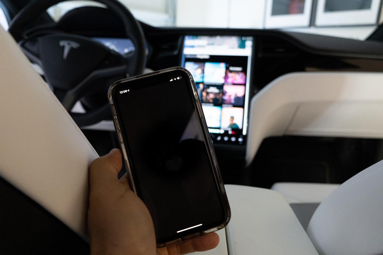 Tesla планирует добавить страховку и подписку на FSD прямо в приложение для смартфона