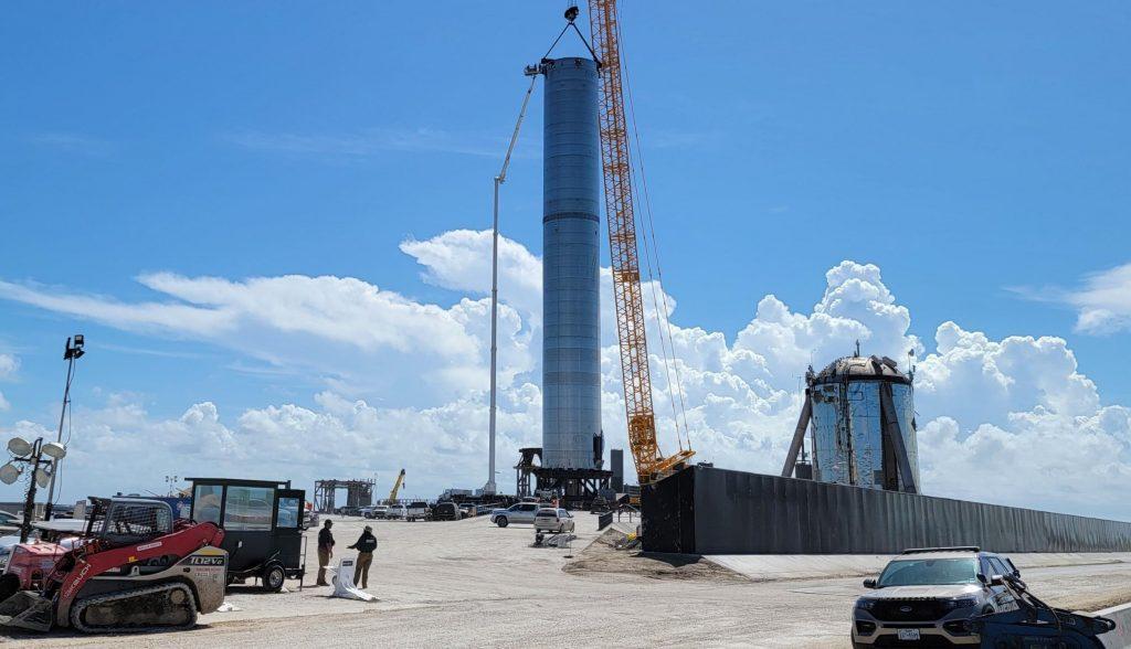 SpaceX выкатила на стартовую площадку самый большой из когда-либо построенных ракетных ускорителей