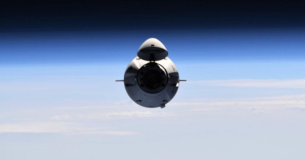Космический корабль SpaceX Cargo Dragon отправляется домой после месяца на орбите