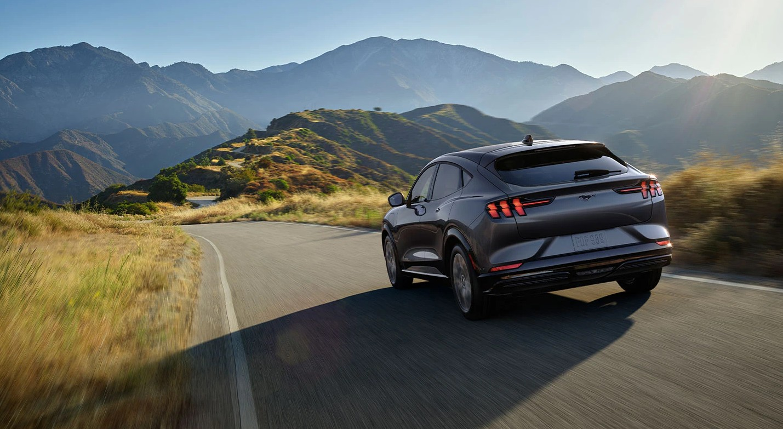 Ford Mustang Mach-E стал электромобилем года в номинации «Автомобиль и водитель 2021 года»