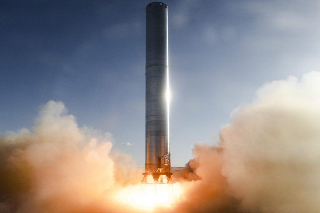SpaceX запускает самый большой в мире ракетный ускоритель с первого раза