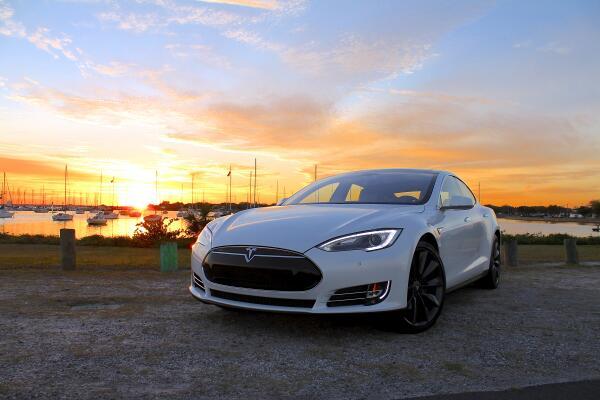 Старая модель Tesla Model S теряет возможности подключения из-за отказа от сети 3G
